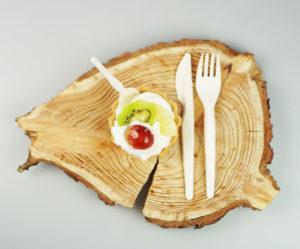sztućce biodegradowalne na plastrze drewna